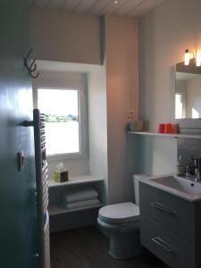 Salle de bain lumineuse de la chambre rouge