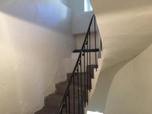 Large Montée d'escalier des chambres d'hôtes aux Vans en Ardèche