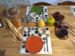 Petit déjeuner continental Confitures maison aux fruits frais d'Ardèche