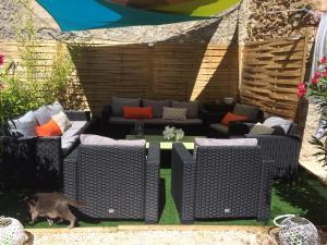 Le jardin avec le  grand salon extérieur pour profiter de la douceur ardéchoise
